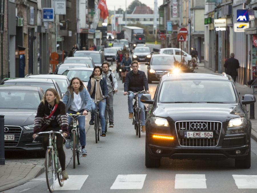 Fietsers en auto's in Gent