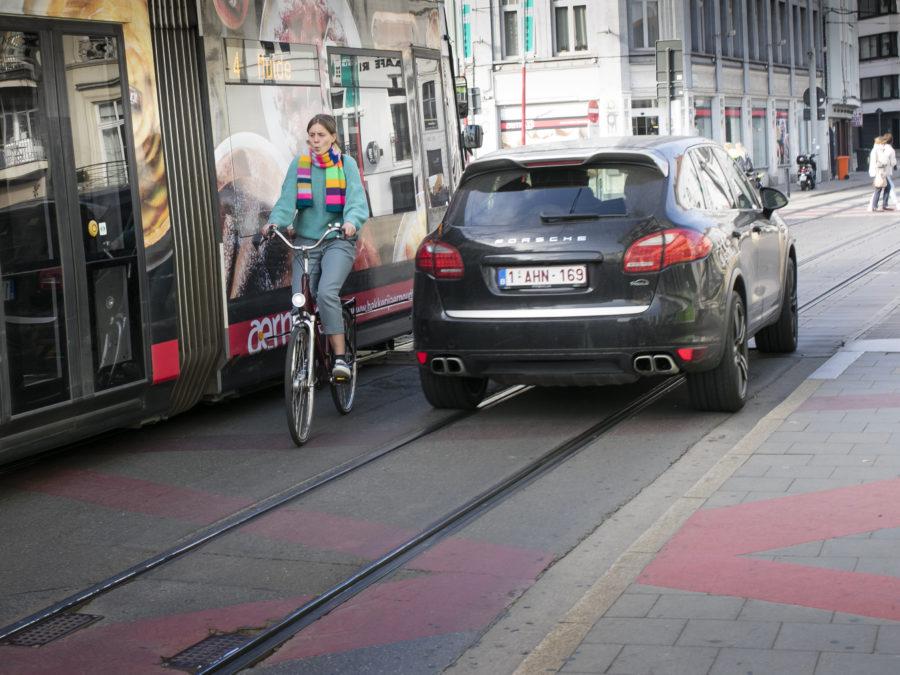 Fietser deelt krappe ruimte met auto en openbaar vervoer